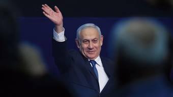 Muss sich siegessicher geben, weil ihm keine andere Wahl bleibt, wenn er einem Korruptionsverfahren entgehen will: Benjamin Netanjahu.