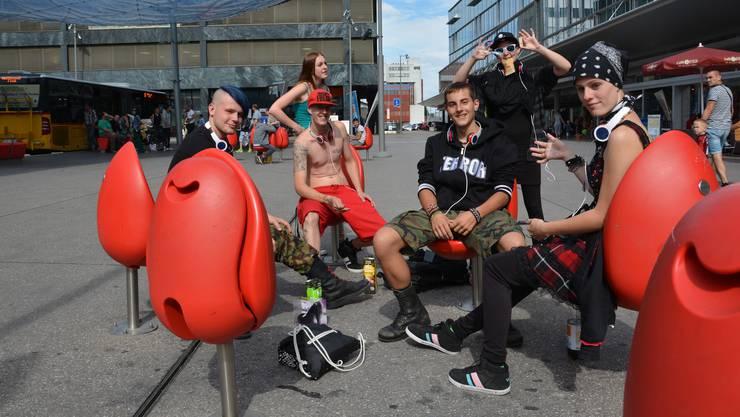 Die Punks posieren gerne für ein Foto: (von links) Andreas, Dario, Dominik, Cat (hinten mit Sonnenbrille) und Sämi.