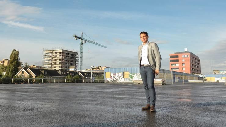 Thomi Jourdan erläutert die Fortschritte auf dem Muttenzer Polyfeld. Im Hintergrund rechts die neue Rennbahnklinik und links der Neubau von Sutter.