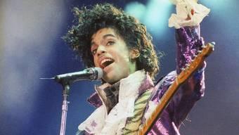 Am Dienstag konnten Fans neue Songs des verstorbenen Musikers vorbestellen, einen Tag später stoppte ein Gericht die Veröffentlichung der Stücke: Der Streit um den Nachlass von Prince ist in vollem Gange. (Archivbild)