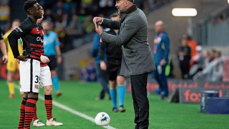 Western-Sydney-Wanderers-Trainer Markus Babbel gibt seinem Angreifer Mo Adam Anweisungen von der Seitenlinie aus.