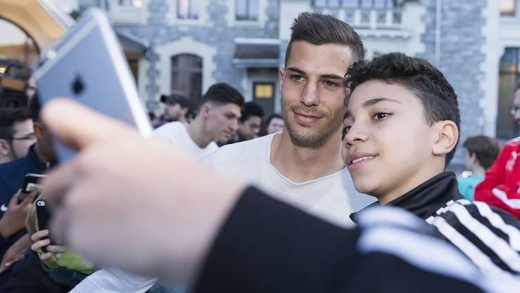 Remo Freuler, hier mit jugendlichem Fan, trifft mit seinem Klub Atalanta Bergamo in der Champions League auf Paris Saint-Germain.