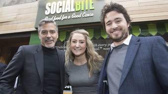 """George Clooney (l.) mit """"Social Bite""""-Gründer Josh Littlejohn (r) und einer Bewundererin."""