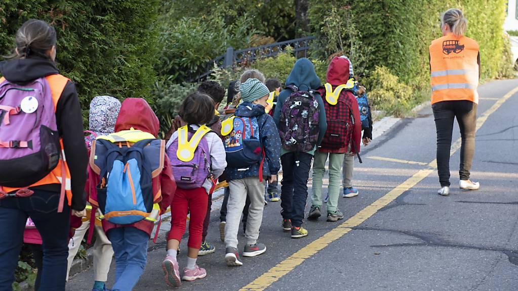 Kinder gehen per Pedibus in die Schule. BFU und Verkehrsverbände empfehlen den Eltern, den Schulweg vorher zu üben. (Archivbild)