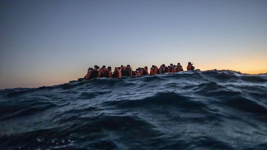ARCHIV - Migranten aus verschiedenen afrikanischen Nationen auf einem Boot auf vor der libyschen Küste im Mittelmeer auf ihrem Weg nach Europa. Foto: Bruno Thevenin/AP/dpa