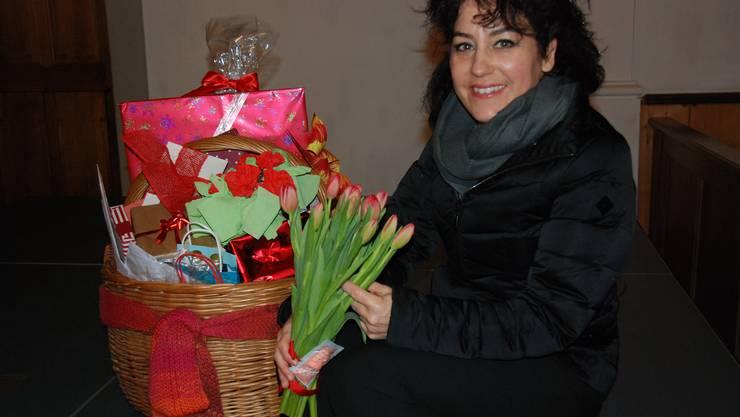 Pfrn. Nica Spreng mit Geschenken von Gemeindegliedern und Mitarbeiter-Team