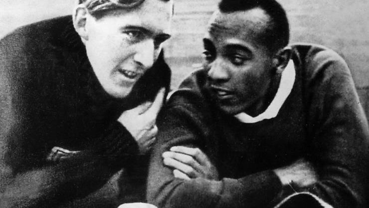 Der Deutsche Luz Long und der Amerikaner Jesse Owens liegen während der Olympischen Sommerspiele 1936 in Berlin im Stadionrasen und plaudern. Es entsteht eine Freundschaft, die es nach Ansicht der Nazis gar nicht geben dürfte.