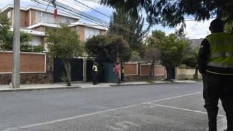 Bolivianische Sicherheitskräfte und Geheimdienstmitarbeiter sind vor der mexikanischen Botschaft in La Paz stationiert. (Archivbild)