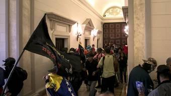 Einigen der Anhänger Maduros gelang es, in das Parlament einzudringen.