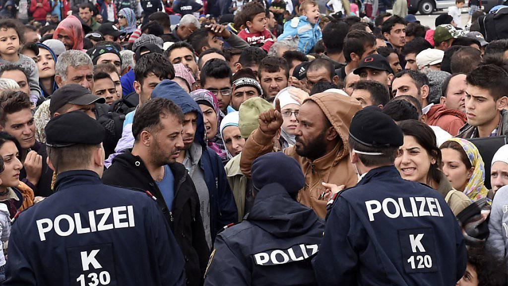 Die Staats- und Regierungschefs der EU wollen am Mittwoch an einem Sondergipfel über die Flüchtlingskrise sprechen. Im Bild nach Österreich eingereiste Flüchtlinge.