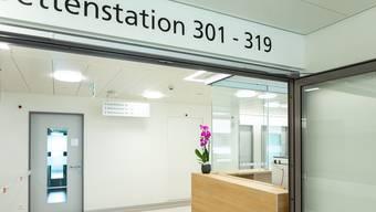 Mit dem Neubau des Limmi seien die Wegzeiten zur Garderobe zudem für viele Angestellte länger geworden, sagt VPOD-Sekretär Roland Brunner. Der Verband des Personals öffentlicher Dienste (VPOD) setzt sich im Namen für vier Mitarbeitenden des Spitals Limmattal ein, die vom Limmi verlangen, dass die Umkleidungszeiten auch bezahlt werden sollen.