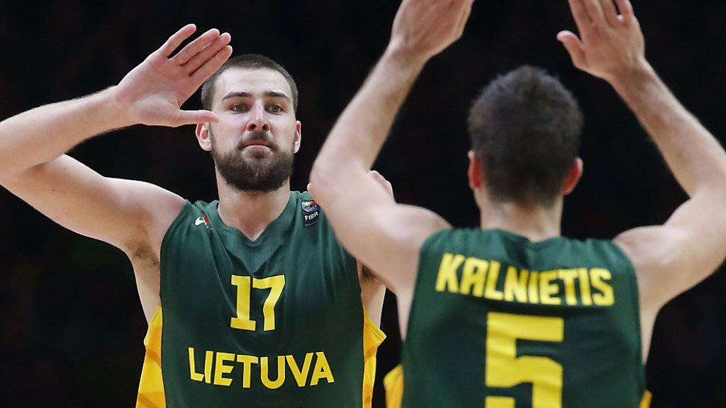 Litauens Basketballer um NBA-Center Jonas Valanciunas (links) trupfen an der EM erneut gross auf
