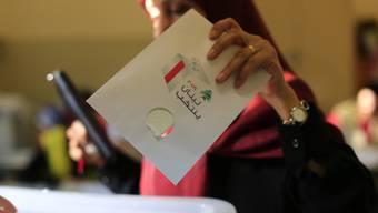 Ein Frau gibt in einem Wahllokal in einem Vorort von Libanons Hauptstadt Beirut ihre Stimme ab. Es ist die erste Parlamentswahl seit neun Jahren im Nachbarland des vom Bürgerkrieg zerrissenen Syrien.