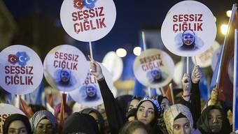 """""""Schliesst die Konzentrationslager"""" - gemeinsamer türkisch-uigurischer Protest in Istanbul."""
