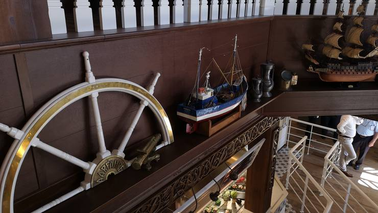Das Steuerrad links («Aarfähre») und die Modellschiffe im neuen «Fjord»-Restaurant stammen aus Biberstein. So lebt «Käpten Jo» weiter.