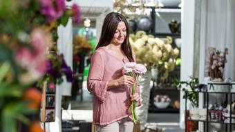 Die Meisterfloristin Olivia Hoffmann in ihrem Blumengeschäft in Unterengstringen. Sie weiss, wie man Blumen perfekt in Szene setzt.