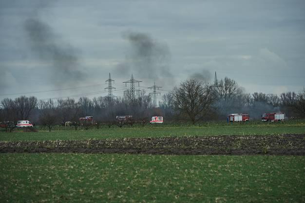 Rettungskräfte am Unglücksort in Oberhausen-Rheinhausen.