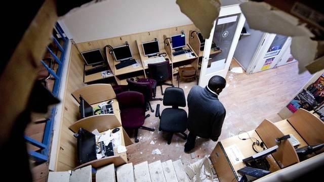 Dieser Telefonshop wurde von Beamten durchsucht