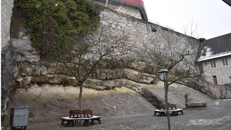Seit sich vor einigen Jahren ein kopfgrosser Stein vom Felsen löste, ist er unter Beobachtung. Es besteht keine unmittelbare Gefahr.
