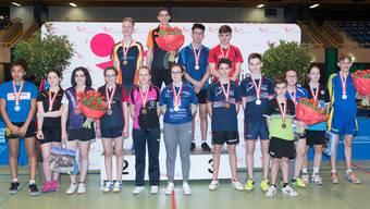 Alle Medaillenträger der Einzelkategorien in der Altersklasse U18 vor dem Podest