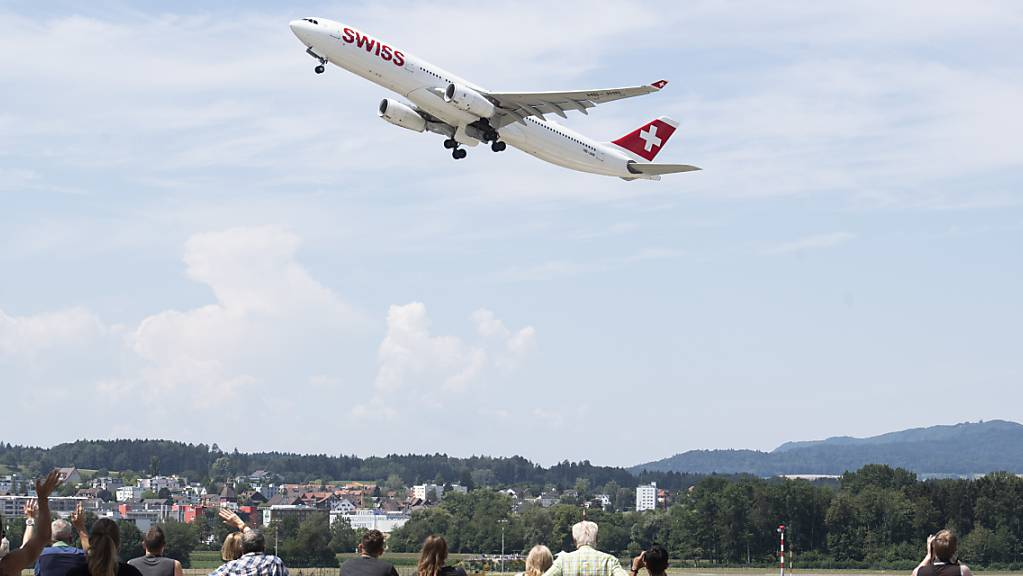 Laut dem Bundesamt für Zivilluftfahrt (BAZL) ist die Rendite des Flughafens Zürich im regulierten Geschäftsbereich zu hoch: Nun sollen die Gebühren runter. (Archiv)