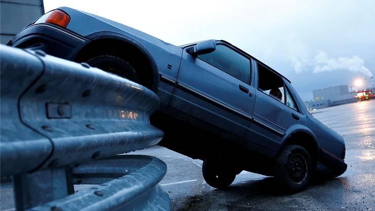 Der Unfallfahrer fuhr mit seinem Auto in die Leitplanke (Symbolbild).