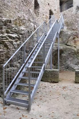 Die alte Holztreppe musste einer neuen Metalltreppe weichen, die jetzt dort steht, wo ganz früher die Treppe war.