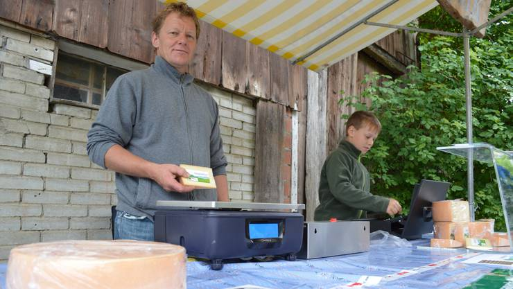 Hergestellt wird der Käse von Paul Frey aus Asp, Arno Wernle aus Herznach (im Bild) und Roland Nussbaum aus DEnsbüren.