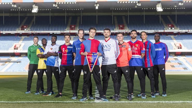Teamfoto mit Retro-Shirts: Können Sie die Trikots zuordnen?