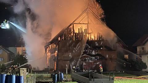 Die Feuerwehr Merenschwand bekämpfte den Brand mit Unterstützung der Stützpunktfeuerwehr Muri.
