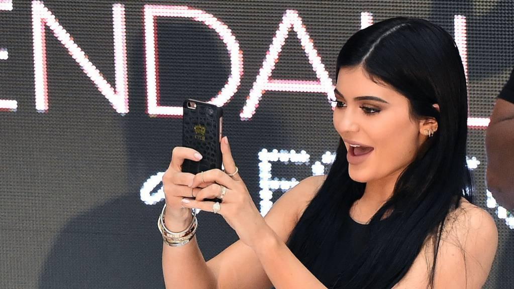 Sich in Szene setzen gehört zum Tagesgeschäft: Die Kosmetikmarke des Reality-TV-Stars Kylie Jenner wurde vor allem mit Lippenstiften erfolgreich. (Archivbild)