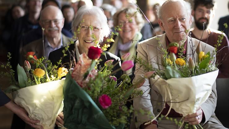 Die Schweizer Autorin Helen Meier sitzt neben Autor Franz Hohler, anlässlich einer Feier zu ihrem 90. Geburtstag am Mittwoch in Trogen.