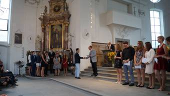 Der Festredner und bald ehemalige Wohler Kantilehrer Markus Stutz (Mitte) überreichte den jungen Leuten die Abschlusszeugnisse und Maturitätsausweise.
