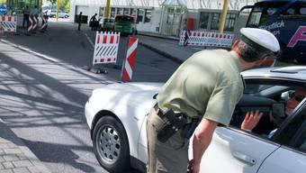 Bei der Einreise aus der Schweiz haben deutsche Zöllner Marihuana auf dem Rücksitz eines 22-jährigen entdeckt. (Symbolbild)
