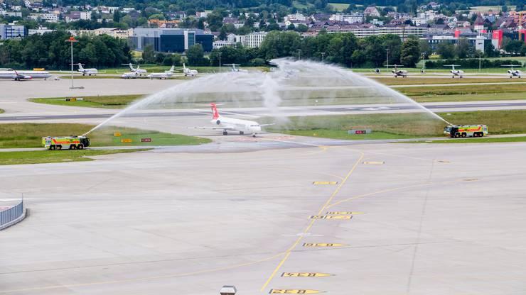 Bei ihrer letzten Landung in Zürich wurde die Fokker 100 auch von der Flughafenfeuerwehr verabschiedet.