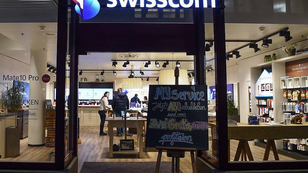 Die aktuelle Situation ist für Swisscom gegenwärtig durchzogen: Der Umsatz sinkt und den Betriebsgewinn (EBITDA) konnte das Unternehmen nur dank neuen Rechnungslegungsvorschriften und dem Geschäft in Italien verbessern. Im Bild: Swisscom-Shop in Zürich-Oerlikon (Archivbild)
