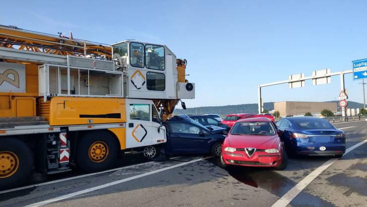 Der Pneukran kollidierte mit sechs Fahrzeugen.