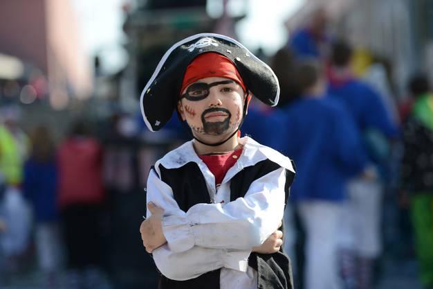 Luis mag «gefürchige» Piraten. Ganz selbstsicher steht er da und schaut, dass ihm ja niemand seine Dääfeli klaut.