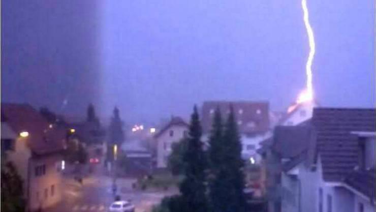 Blitzeinschlag live: Das Gemeindehaus Hägendorf ist getroffen.