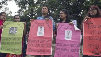 Aktivistinnen und Aktivisten verschiedener Organisationen bilden in Dhaka eine Menschenkette für sichere Strassen.