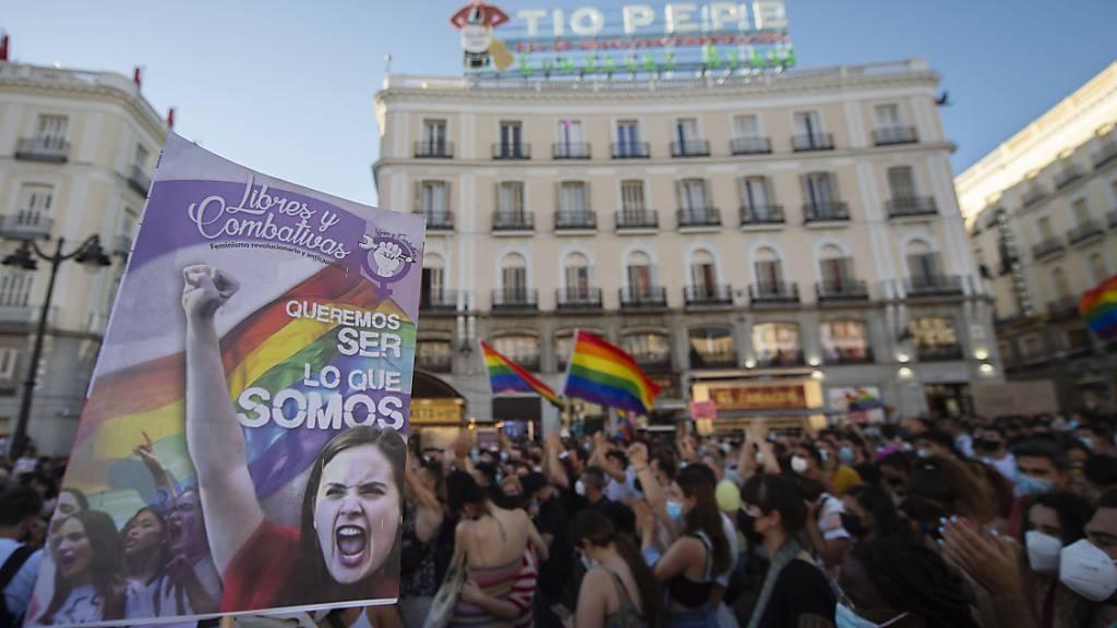 Zahlreiche Menschen schwenken Fahnen und klatschten während einer Kundgebung unter dem Motto «JusticiaParaSamuel» (JustizfürSamuel). Foto: Alberto Ortega/EUROPA PRESS/dpa