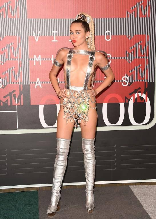 Miley Cyrus in einer Kronleuchter-Bandagen-Kreuzung.. (© GettyImages/Keystone)