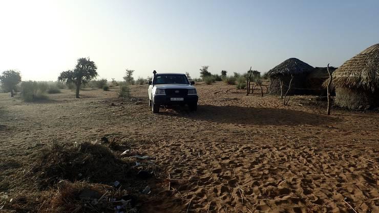 Ankunft im Dorf Bouara, nach einigen Kilometer Sandpistenfahrt.