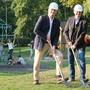 Schulvorstand Reto Siegrist (CVP, links) und Hochbauvorstand Anton Kiwic (SP) legten auf der grünen Wiese selbst Hand an.