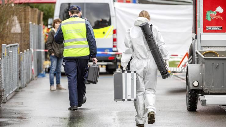 Kriminaltechniker untersuchen den Tatort im Spitzbirrli-Quartier von Rupperswil.