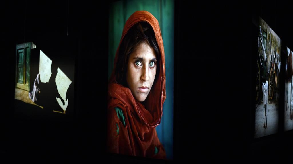 Mit dem Foto des «Afghanischen Mädchens» (1984) machte sich der Fotograf Steve McCurry weltweit einen Namen. In der Zürcher Maag Halle sind bis Oktober seine berühmten Bilder  und seine jüngsten Aufnahmen zu sehen.
