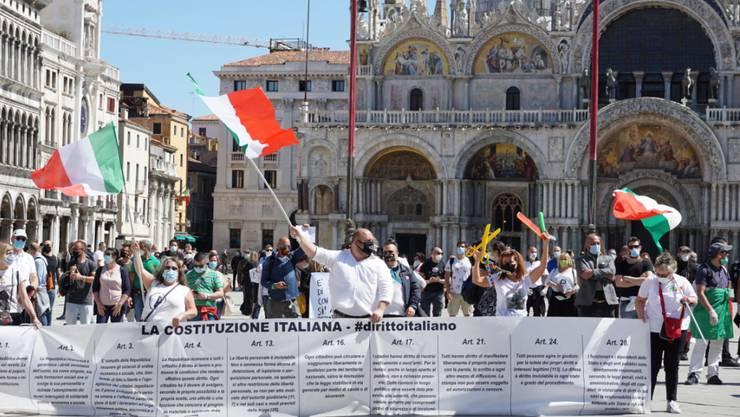 Hunderte Venezianer protestieren auf der Piazza San Marco gegen die Coronavirus-Massnahmen der Regierung in Rom - mit Verweis auf die Grundrechte in der Verfassung, der Costituzione.