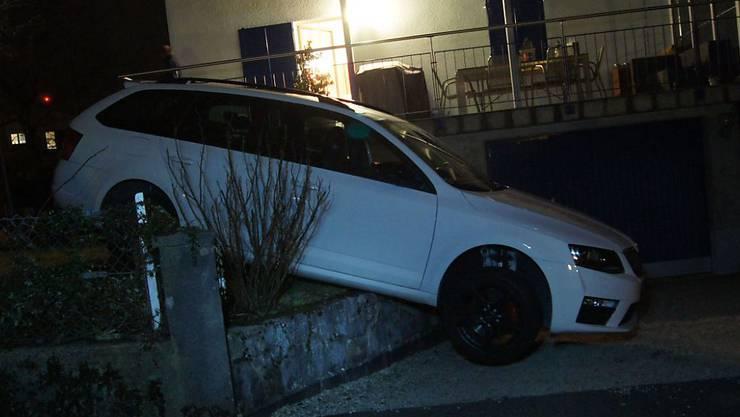 Nicht nur die Garageneinfahrt versperrt hat eine betrunkene Autofahrerin in Cham nach ihrer Irrfahrt durch einen Vorgarten.
