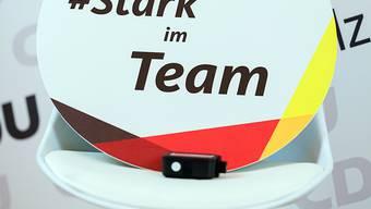 ARCHIV - Ein Schild mit der Aufschrift «#Stark im Team» steht bei einem CDU-Landesparteitag. Für den Kompromiss zur Einführung einer schrittweisen verbindlichen Frauenquote von 50 Prozent hat es eine breite Mehrheit gegeben. Foto: Uwe Anspach/dpa