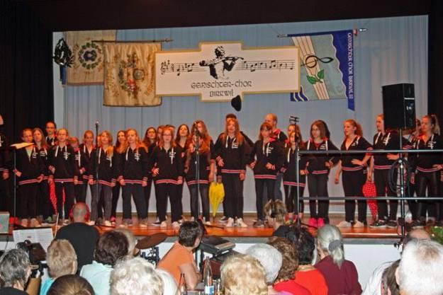 Jugendchor Seetal beim Auftritt in Birrwil.
